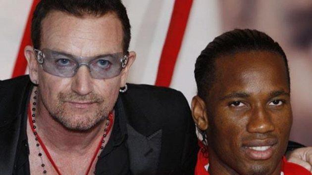 Fotbalista Chelsea Didier Drogba (vpravo) a zpěvák U2 Bono Vox