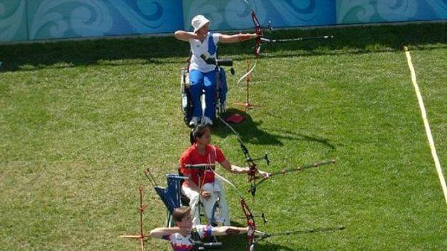 Markéta Sidková (dole) při soutěži lukostřelců na paralympijských hrách v Pekingu.
