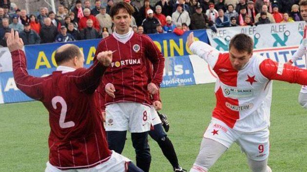Jiří Novotný (druhý zleva) se na Spartu možná vrátí ještě před dalším silvestrovským derby...