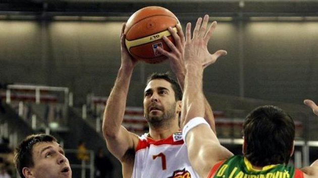 Španělský basketbalista Juan Carlos Navarro střílí přes hráče Litvy Tomase Delininkaitise a Jonase Maciulise.