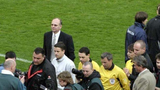 Rozhodčí Jaroslav Jára (ve žlutém uprostřed) přerušuje utkání mezi Slavií a Libercem.