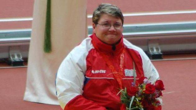 Bronzová diskařka Jana Fesslová na stupních vítězů v Pekingu.