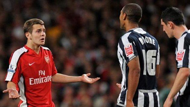 Vycházející hvězda Arsenalu Jack Wilshere (vlevo).