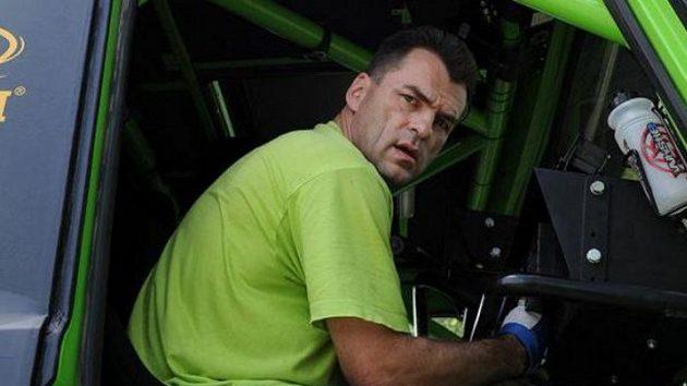 Navigátor Jaroslav Lamač v kabině kamiónu Tatra Czech Dakar Teamu.