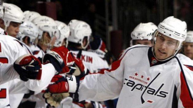 Hokejista Tomáš Fleischmann oslavuje se spoluhráči z Washingtonu gól.