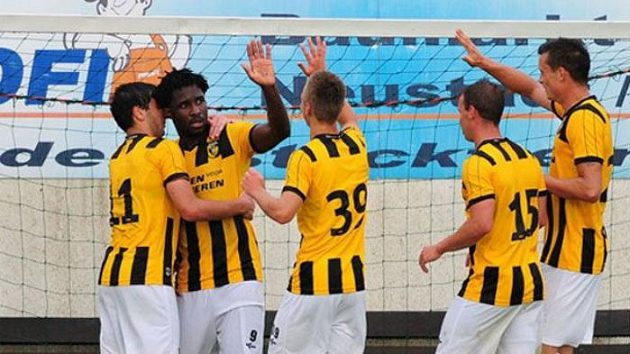 Bony Wilfried (druhý zleva) oslavuje se spoluhráči z Arnhemu gól v síti Augsburgu.