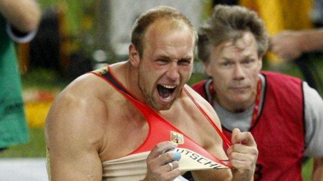Robert Harting z Německa oslavuje triumf v disku