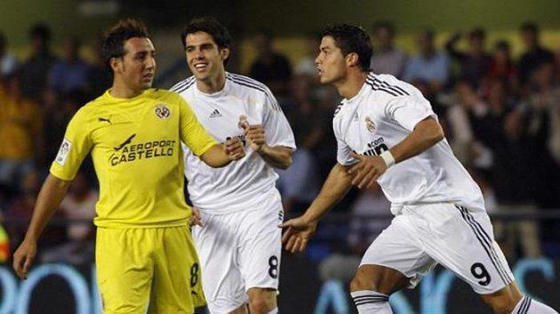 Fotbalista Realu Madrid Cristiano Ronaldo (vpravo) oslavuje se spoluhráčem Kaká gól v utkání ve Vilarrealu.