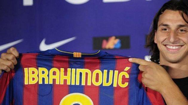 Švédský fotbalista Zlatan Ibrahimovič s dresem svého nového zaměstnavatele Barcelony
