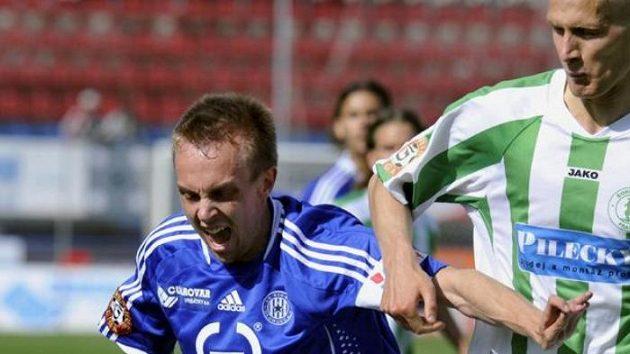 Vlevo je Vojtěch Štěpán v dresu Sigmy, který bude hrát v příští sezóně za Hradec Králové.