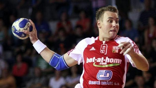 Házenkář Filip Jícha střílí během utkání proti Lotyšsku.