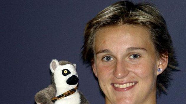 Oštěpařka Barbora Špotáková pózuje s maskotem, plyšovým Lemurem z filmu Madagaskar