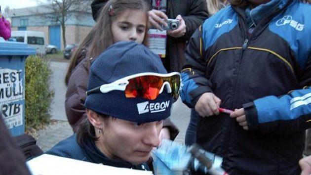 Martina Sáblíková rozdává autogramy po závodě na 1500 metrů