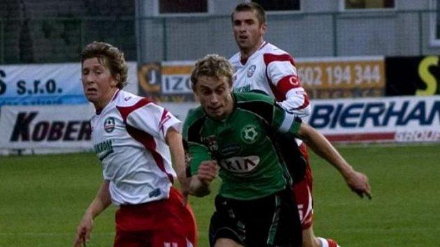 Útočník Příbrami Daniel Huňa (uprostřed) si obhazuje fotbalistu Zlína před svým druhým gólem.
