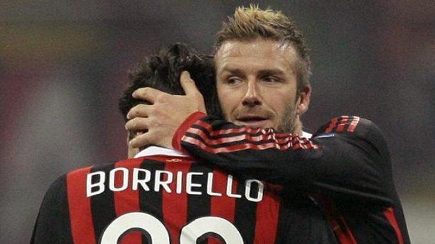 Anglický fotbalista David Beckham gratuluje svému spoluhráči Borriellimu ke vstřelené brance.