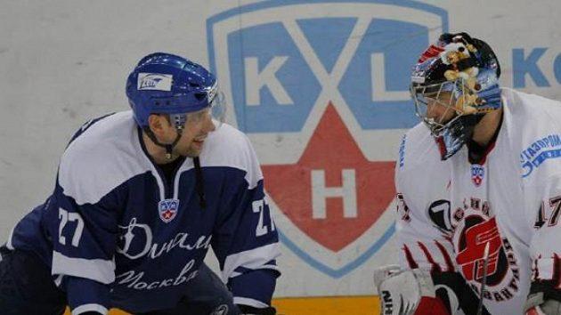 Brankář Omsku John Grahame (vpravo) a útočník Dynama Moskva Dmitrij Afanasenkov