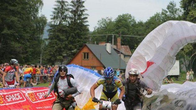 Předávka na startu třetího úseku Adrenalin Cupu.