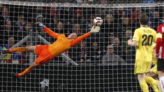 Brankář Sparty Jaromír Blažek inkasuje gól v Eindhovenu.