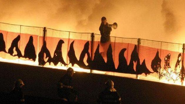 Hasičí jistí bengálské ohně slávisitckých fanoušků.