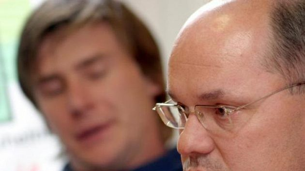 Generální manažer hokejového klubu Energie Karlovy Vary Miroslav Vaněk (vpravo) na tiskové konferenci k nadcházející extraligové sezóně.