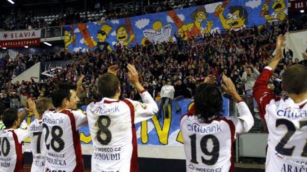 Slávisté oslavují vítězství nad Brnem.