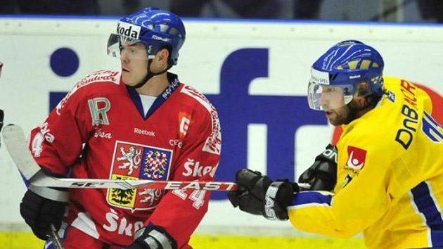 Švédský hokejista Peter Forsberg přihrává kolem Jiřího Hudlera.