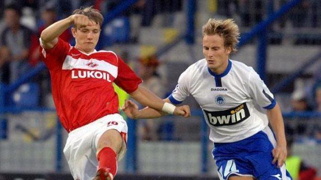 Roman Pavljučenko ze Spartaku Moskva (vlevo) a Pavel Košťál ze Slovanu Liberec vutkání 3. předkola fotbalové Ligy mistrů.