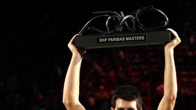 Srbský tenista Novak Djokovič s trofejí