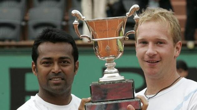 Lukáš Dlouhý (vpravo) a Leander Paes s trofejí pro nejlepší deblisty French Open.