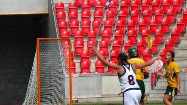 Američanka Caityn McFaddenová oslavuje gól v australské síti