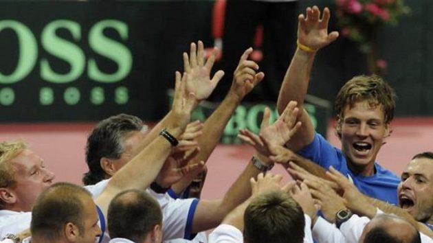 Tenista Radek Štěpánek z ČR (vpravo) se raduje se spoluhráčem Tomášem Berdychem (vzadu) a s týmem z vítězství v utkání proti Argentině.