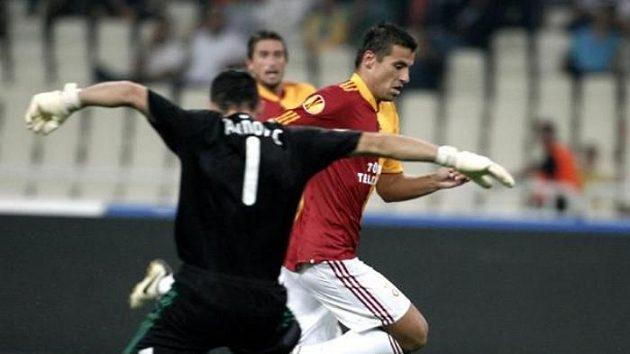 Fotbalista Galatasaraye Istanbul Milan Baroš proniká kolem brankáře Panathinaikosu Atény Galinoviče.