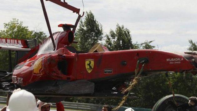 Zdemolovaný vůz Felipe Massy po havárii v kvalifikaci na VC Maďarska