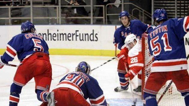 Jiří Hudler (v bílo-červeném dresu) střílí branku do sítě New York Rangers.
