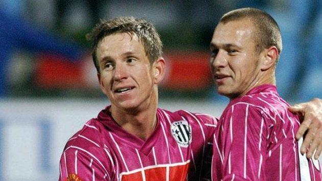 Petr Benát (vlevo) a Tomáš Stráský z SK Dynamo se radují z remízy 2:2 v utkání 13. kola první fotbalové ligy proti Slavi.