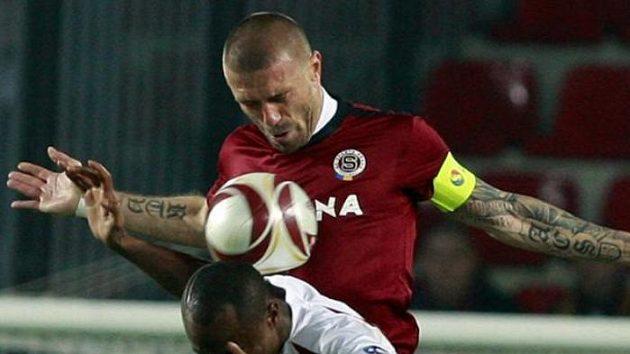 Sparťan Tomáš Řepka v souboji s fotbalistou Kluže Neiem