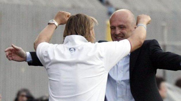 Ani vítězství v pondělním derby nepřimnělo trenéra Sparty Bílka (vpravo) k zmírnění přísného režimu
