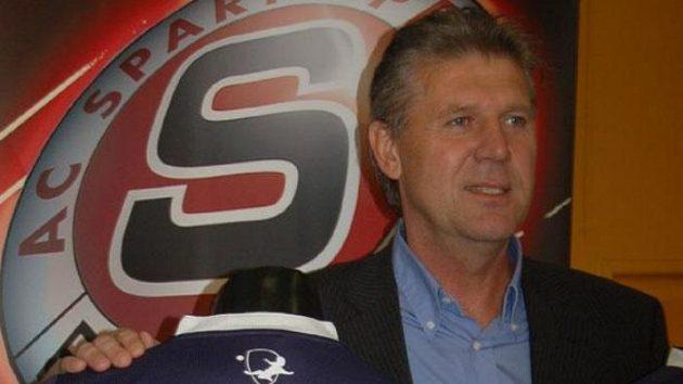 Prezident fotbalové Sparty Jozef Chovanec prezentuje nové dresy.
