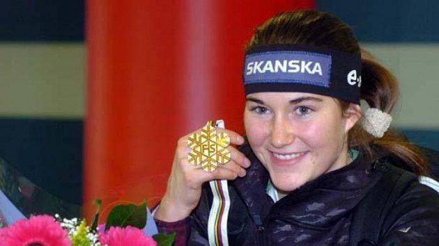 Šárka Záhrobská smedailí pro vítězku slalomu MS.