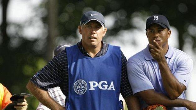 Americký golfista Tiger Woods (vpravo) se svým caddiem Stevem Williamsem