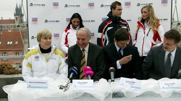 Kateřina Neumannová a předseda ČOV Milan Jirásek (druhý zleva) u ledového stolu