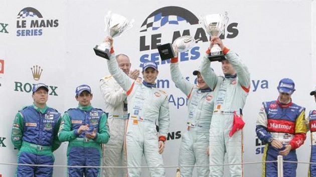Česko-německá posádka ve složení Jan Charouz, Tomáš Enge a Stefan Mücke vyhrála s továrním vozem Aston Martin závod 1000 km Katalánska.