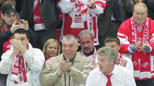 Trenér hokejistů Spartaku Moskva Miloš Říha (vpravo dole) si užívá ovací fanoušků
