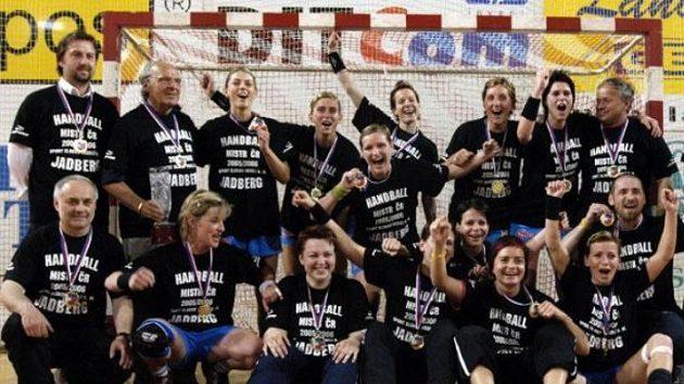 Hráčky Veselí na Moravě oslavují vítězství ve finálovém utkání české části házenkářské interligy nad Slávií.