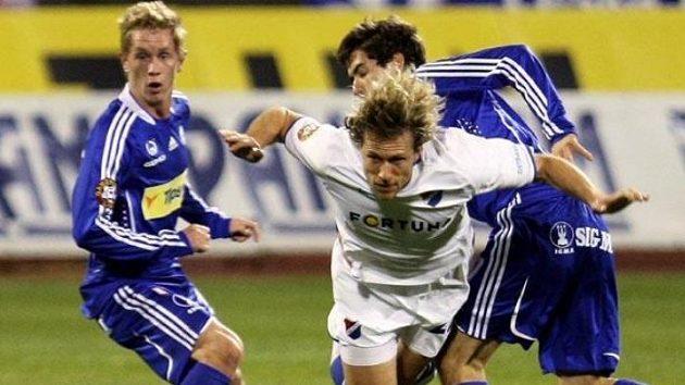 Ostravský Mario Lička mezi dvojicí fotbalistů Olomouce