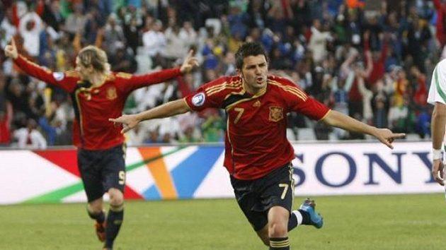Fotbalisté Španělska David Villa (uprostřed) a Fernando Torres se radují z gólu do sítě Iráku v Poháru FIFA.