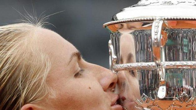 Ruská tenistka Světlana Kuzněcovová líbá pohár pro vítězku French Open.