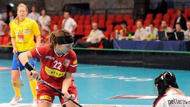 Útočnice Lucie Szotkowská se snaží prosadit proti švédské brankářce Petterssonové.