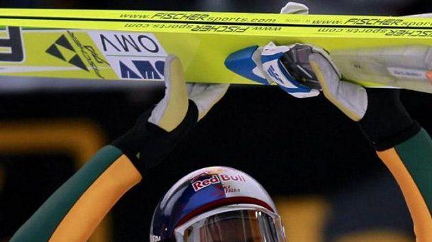 Rakouský skokan na lyžích Gregor Schlierenzauer oslavuje vítězství v Garmisch-Partenkirchenu.