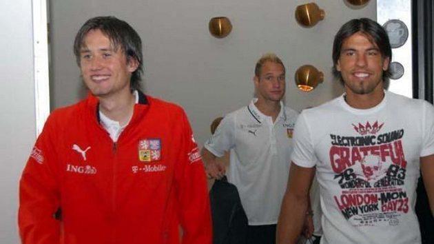 Tomáš Rosický (vlevo) a Milan Baroš přicházejí na sraz fotbalové reprezentace vPraze